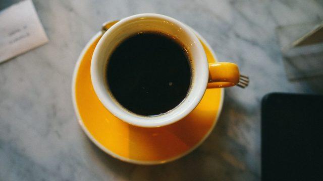 Kühlschrank, Kaffeemaschine, Wasserkocher & Geschirr
